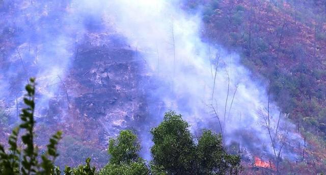 Lửa tiếp tục cháy trên núi Mồng Gà-1
