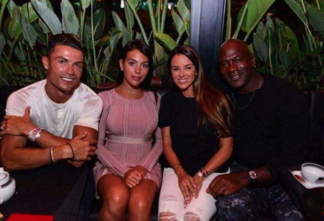 """C.Ronaldo gây bão"""" khi dẫn bạn gái xinh đẹp đi hẹn hò cùng Michael Jordan-1"""