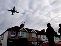 Người dân phát hoảng vì thi thể đàn ông rơi từ máy bay xuống vườn nhà, hãng hàng không xác định do