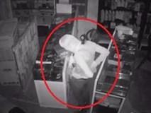 'Siêu trộm' dỡ mái tôn cửa hàng, cuỗm hàng chục điện thoại