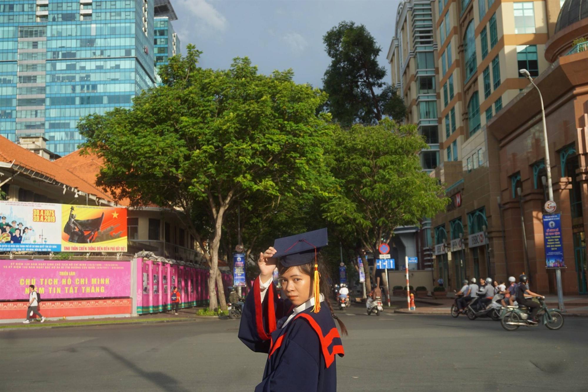 Nữ sinh người Thái tốt nghiệp thủ khoa trường Nhân văn với điểm 3.92/4: Điều mình shock nhất ở Việt Nam là quá nhiều xe máy và tiếng còi inh ỏi-3
