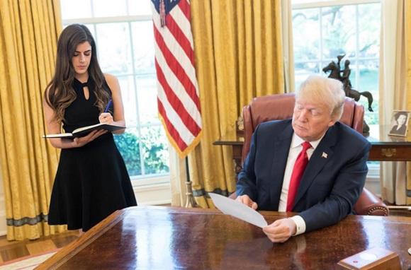 Điều ít biết về nữ trợ lý 28 tuổi xinh đẹp và đầy quyền lực của Tổng thống Trump, được trả lương hơn 3 tỷ đồng mỗi năm-2