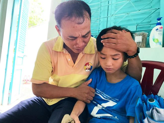 Xúc động người cha ở Sài Gòn ôm con khóc trong hạnh phúc sau hơn 4 tháng tìm kiếm mỏi mòn-4