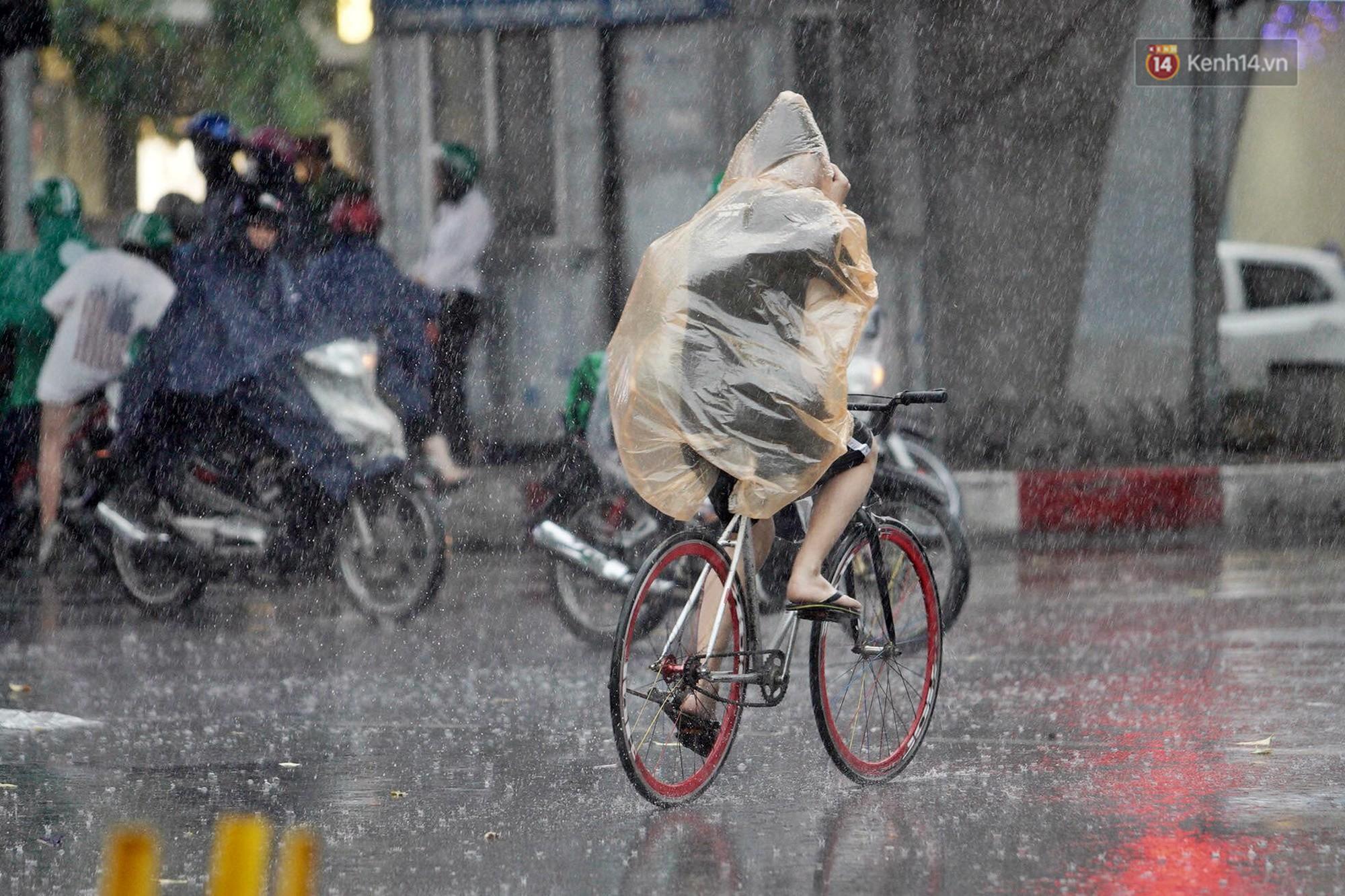 Ảnh hưởng bão số 2 khiến Hà Nội mưa trắng xoá, gió quật nghiêng người-20