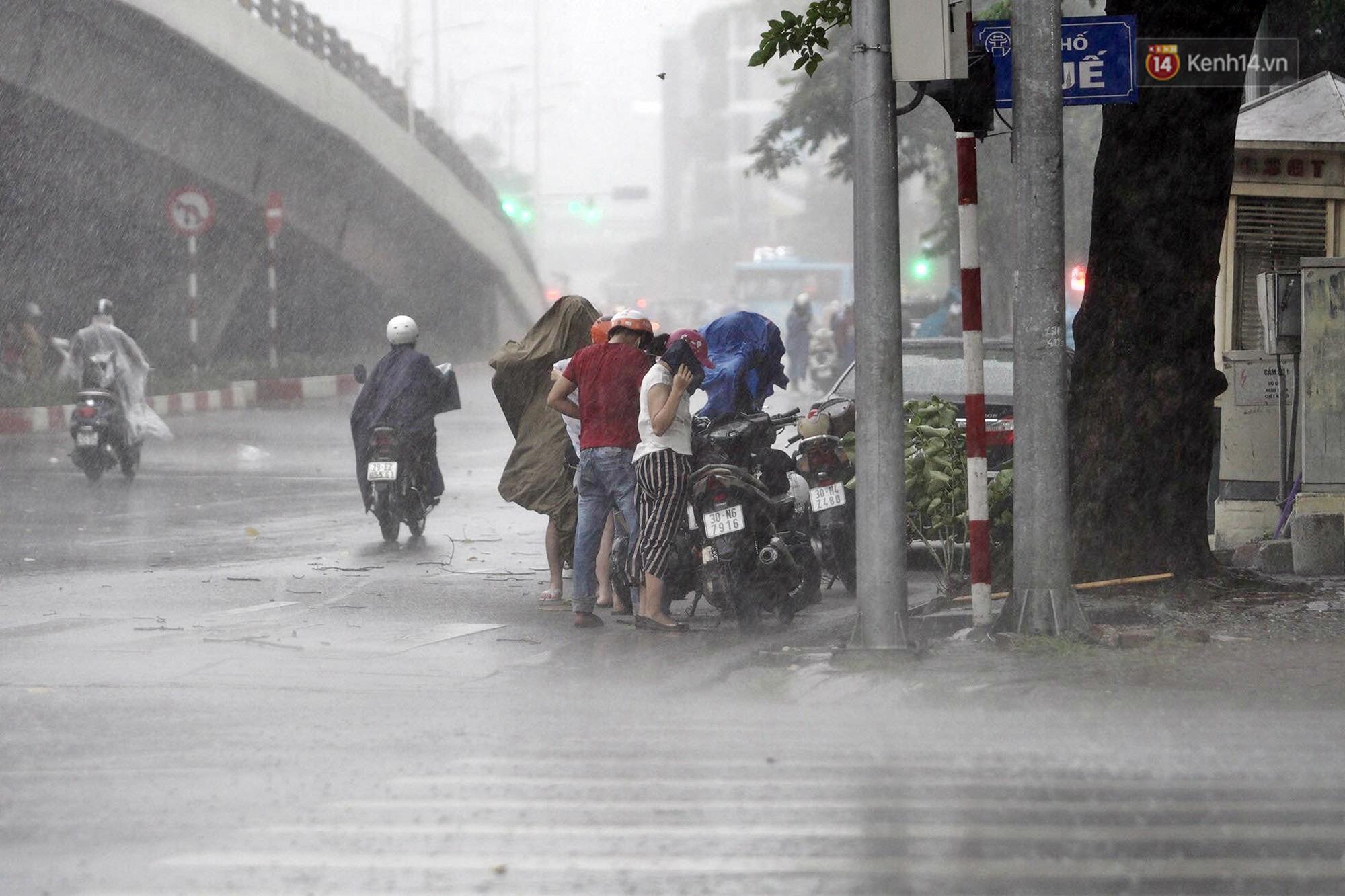 Ảnh hưởng bão số 2 khiến Hà Nội mưa trắng xoá, gió quật nghiêng người-15