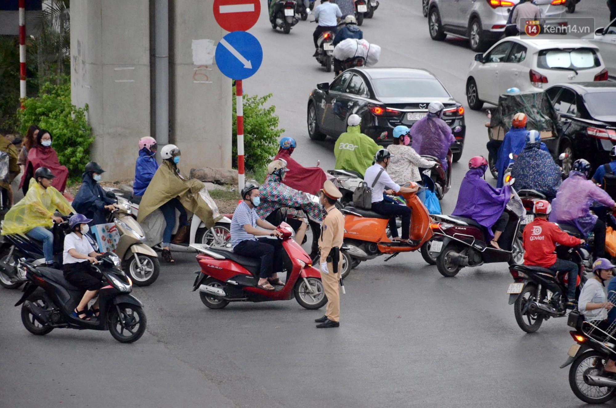 Ảnh hưởng bão số 2 khiến Hà Nội mưa trắng xoá, gió quật nghiêng người-13