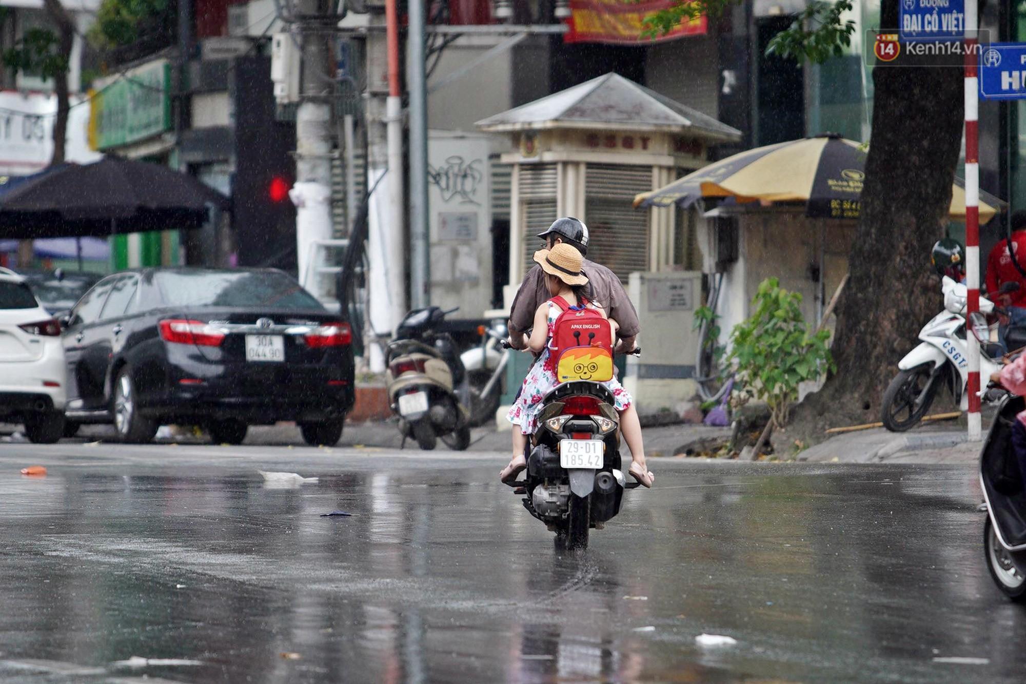 Ảnh hưởng bão số 2 khiến Hà Nội mưa trắng xoá, gió quật nghiêng người-1