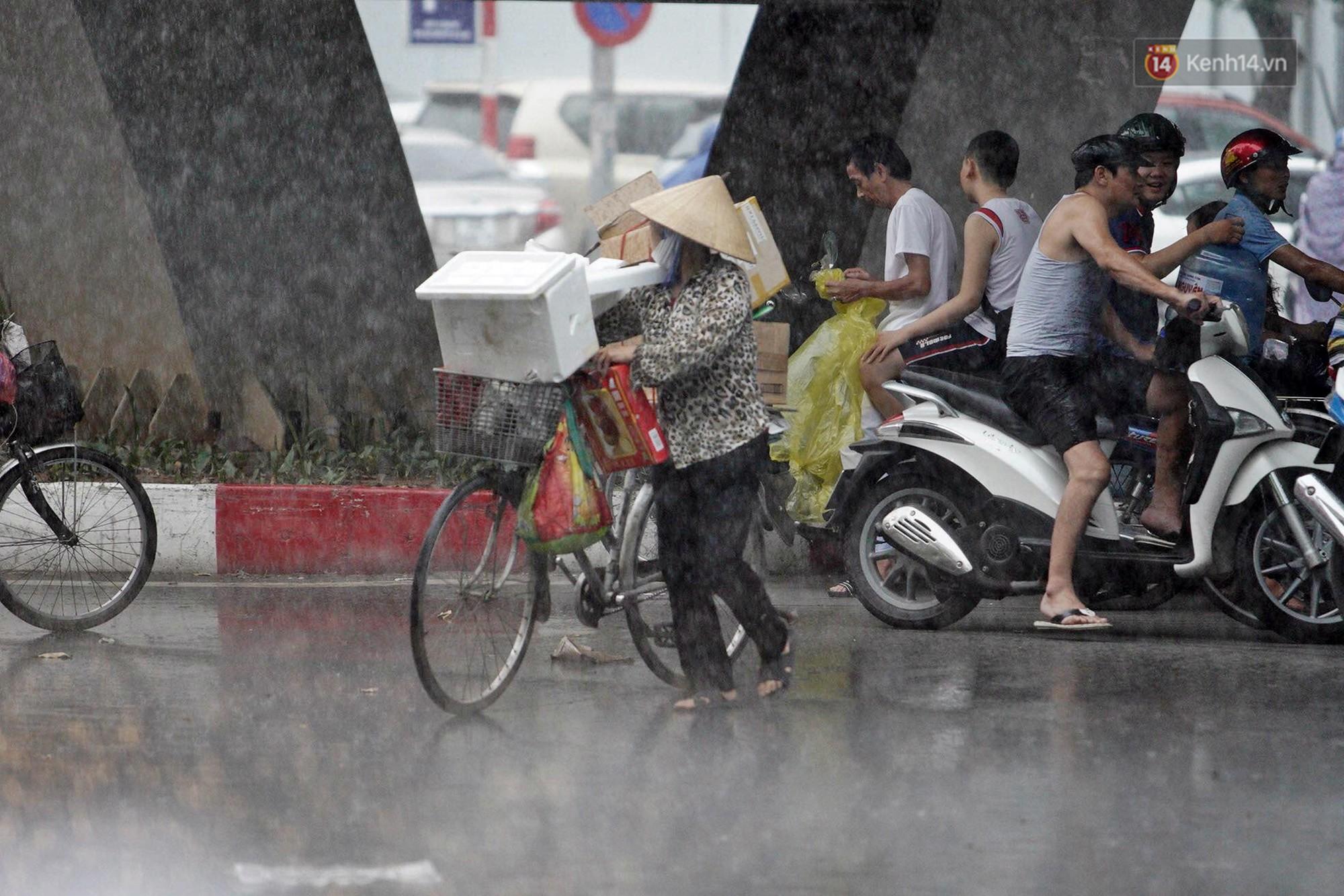 Ảnh hưởng bão số 2 khiến Hà Nội mưa trắng xoá, gió quật nghiêng người-19