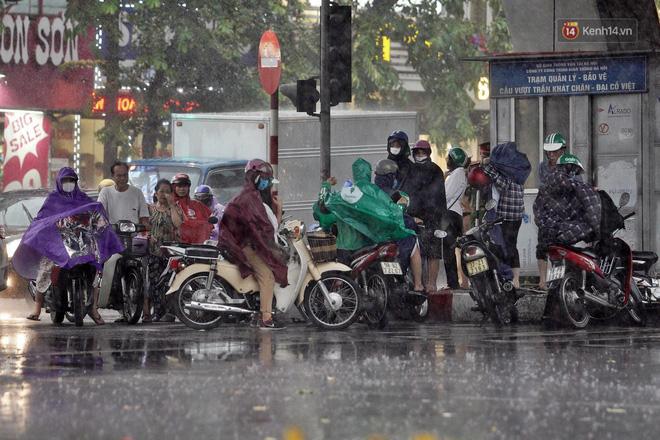 Ảnh hưởng bão số 2 khiến Hà Nội mưa trắng xoá, gió quật nghiêng người-16