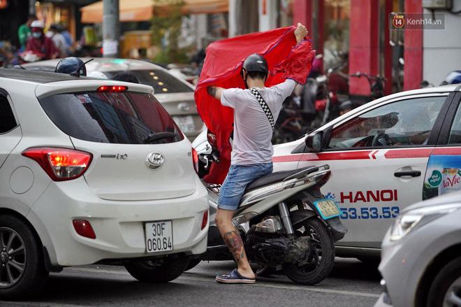 Ảnh hưởng bão số 2 khiến Hà Nội mưa trắng xoá, gió quật nghiêng người-3