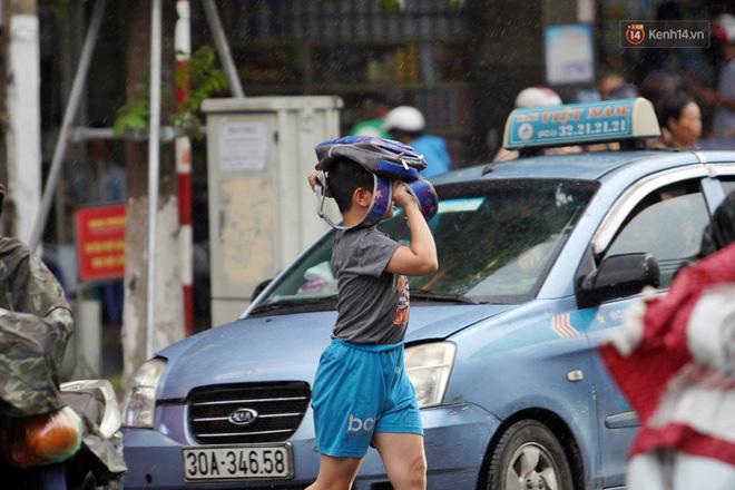 Ảnh hưởng bão số 2 khiến Hà Nội mưa trắng xoá, gió quật nghiêng người-7