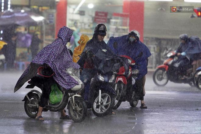 Ảnh hưởng bão số 2 khiến Hà Nội mưa trắng xoá, gió quật nghiêng người-18