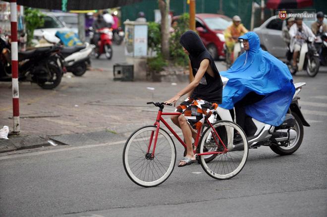 Ảnh hưởng bão số 2 khiến Hà Nội mưa trắng xoá, gió quật nghiêng người-6