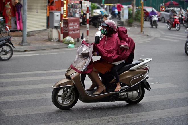 Ảnh hưởng bão số 2 khiến Hà Nội mưa trắng xoá, gió quật nghiêng người-9