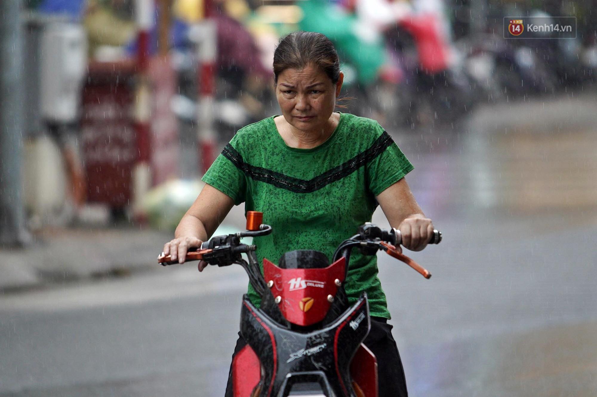 Ảnh hưởng bão số 2 khiến Hà Nội mưa trắng xoá, gió quật nghiêng người-4