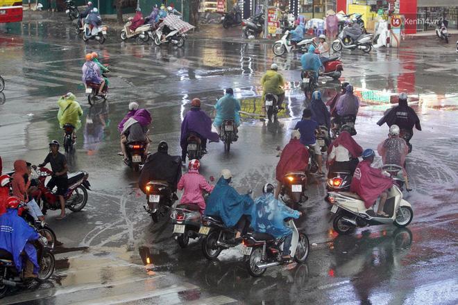 Ảnh hưởng bão số 2 khiến Hà Nội mưa trắng xoá, gió quật nghiêng người-17