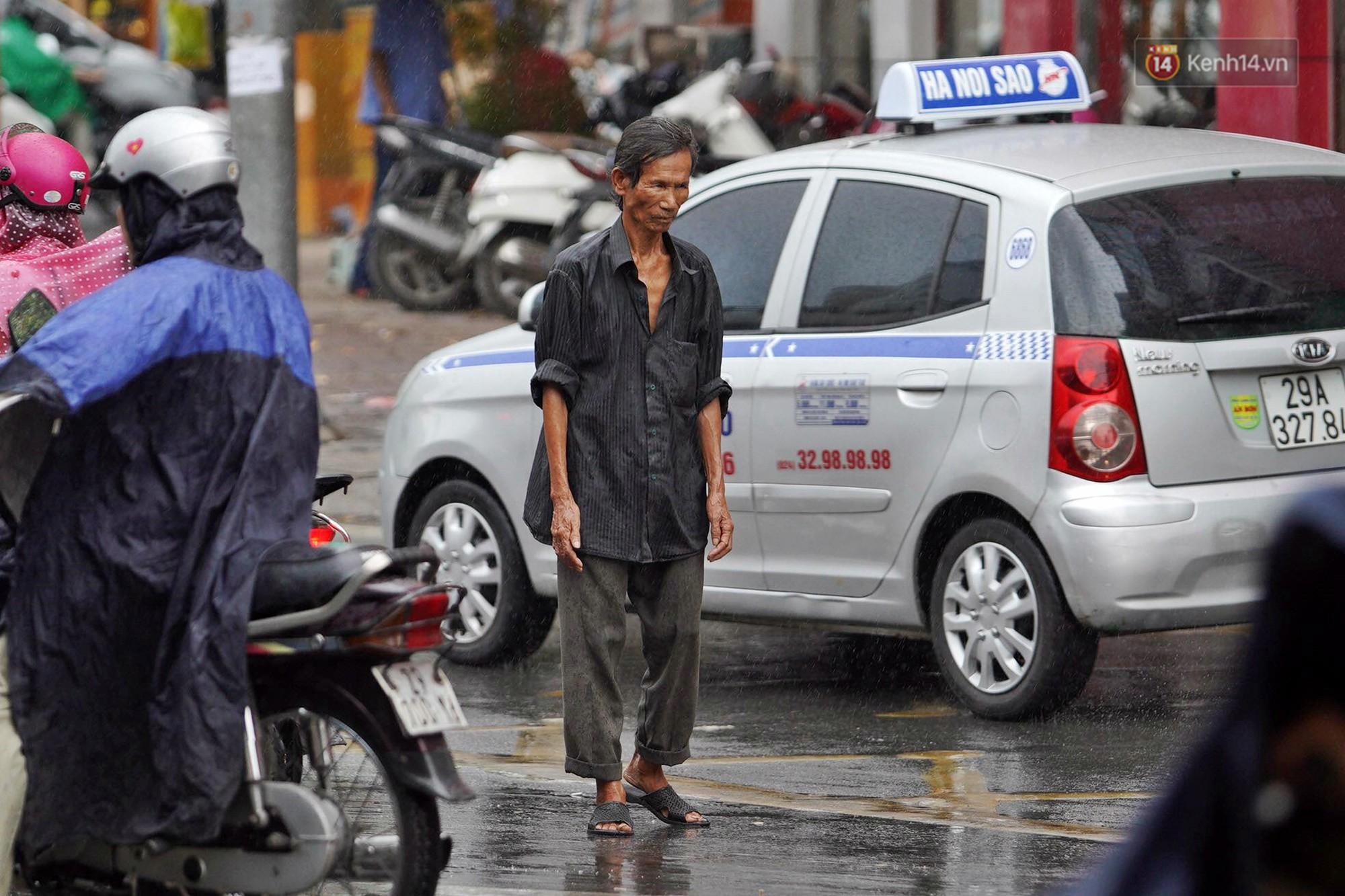 Ảnh hưởng bão số 2 khiến Hà Nội mưa trắng xoá, gió quật nghiêng người-8