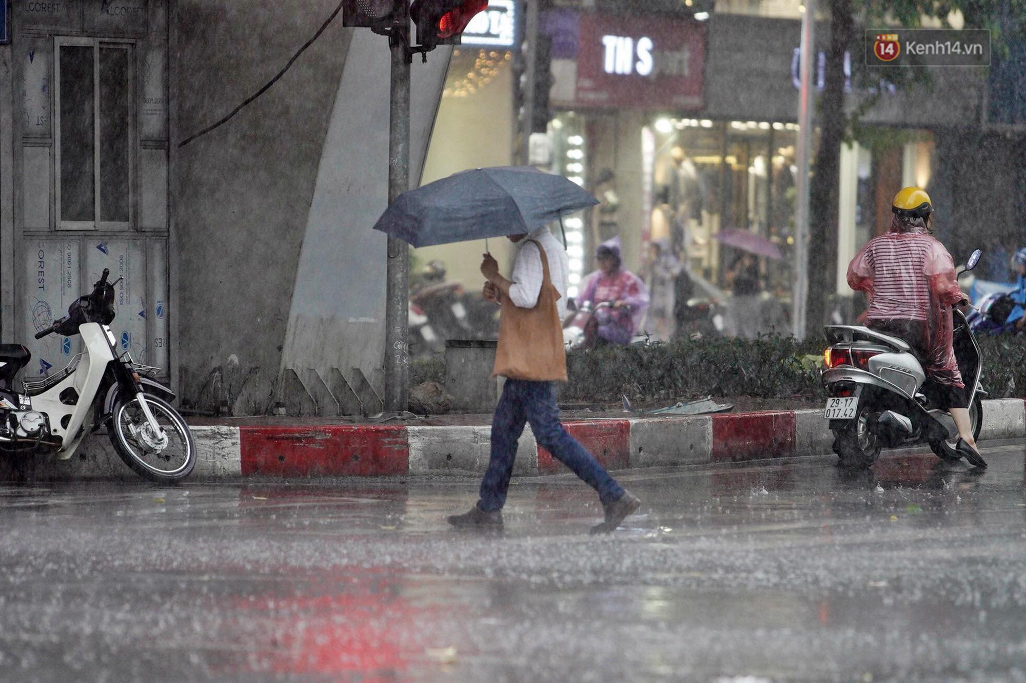 Ảnh hưởng bão số 2 khiến Hà Nội mưa trắng xoá, gió quật nghiêng người-22