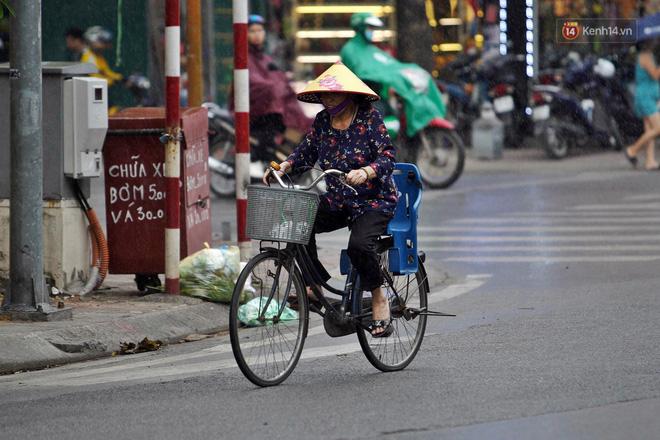 Ảnh hưởng bão số 2 khiến Hà Nội mưa trắng xoá, gió quật nghiêng người-5