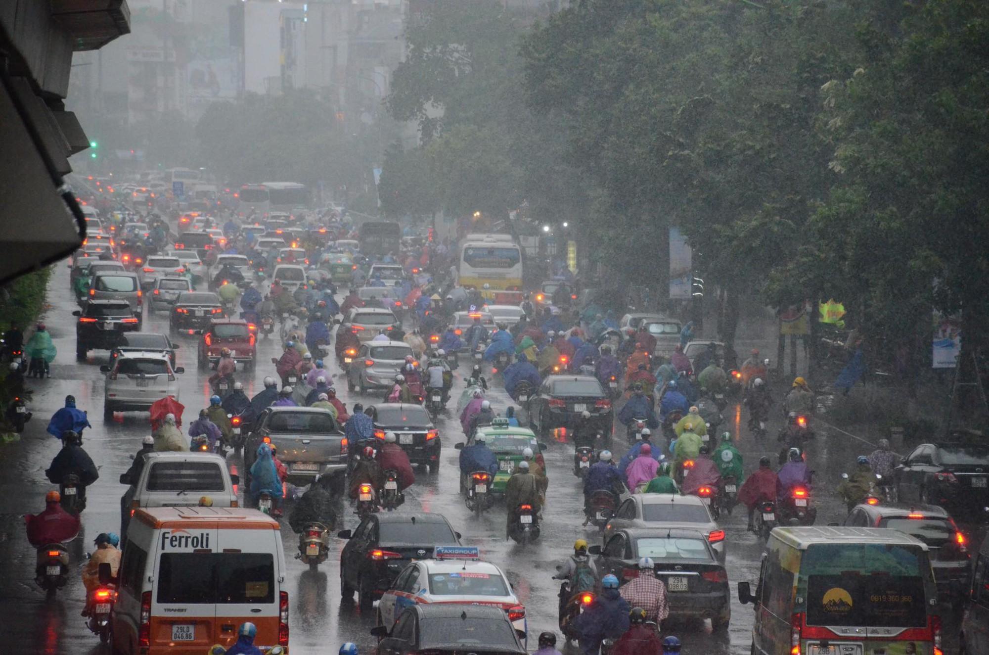 Ảnh hưởng bão số 2 khiến Hà Nội mưa trắng xoá, gió quật nghiêng người-14