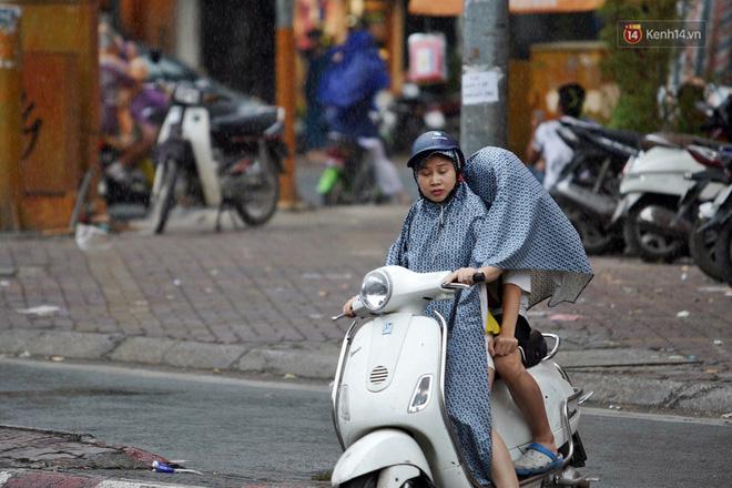 Ảnh hưởng bão số 2 khiến Hà Nội mưa trắng xoá, gió quật nghiêng người-10