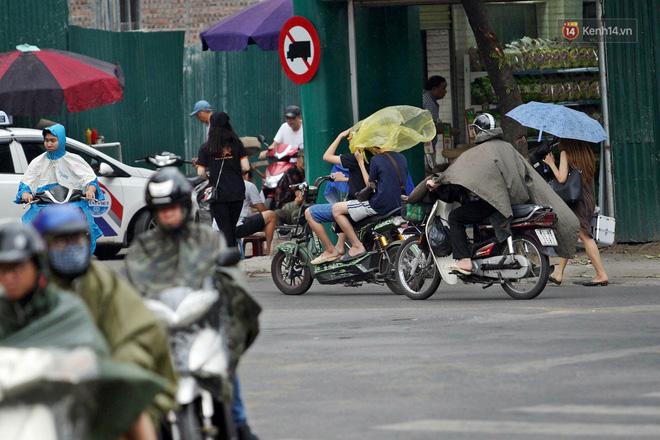 Ảnh hưởng bão số 2 khiến Hà Nội mưa trắng xoá, gió quật nghiêng người-2