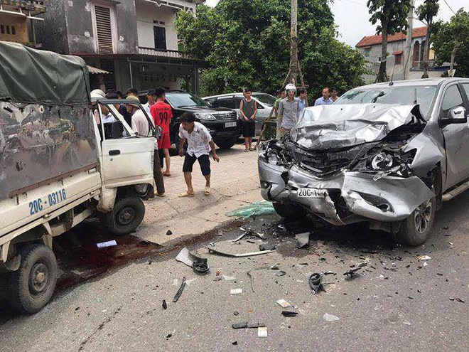 Xe tải nhỏ lộn vòng sau cú tông tóe khói ở Thái Nguyên, tài xế tử vong-1