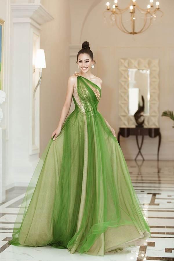 Hoa hậu Tiểu Vy diện đầm lệch vai cực xinh đẹp và quyến rũ-1