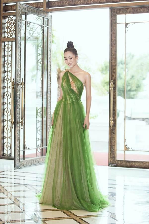 Hoa hậu Tiểu Vy diện đầm lệch vai cực xinh đẹp và quyến rũ-4