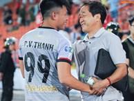 Cảm động khoảnh khắc cựu tuyển thủ Việt Nam chạy theo gọi tên thầy Lee khi cơn bão đang cận kề