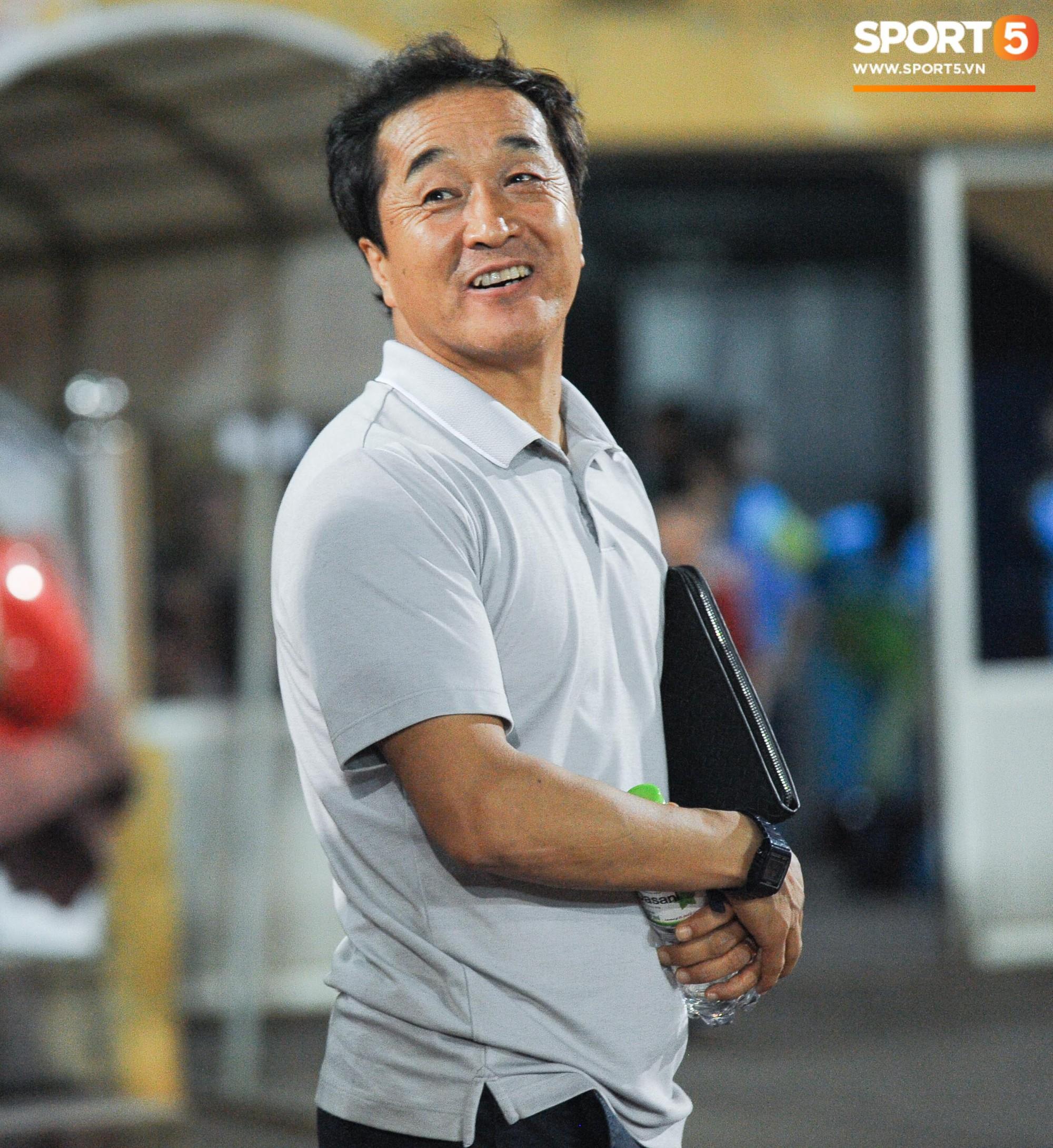Cảm động khoảnh khắc cựu tuyển thủ Việt Nam chạy theo gọi tên thầy Lee khi cơn bão đang cận kề-3