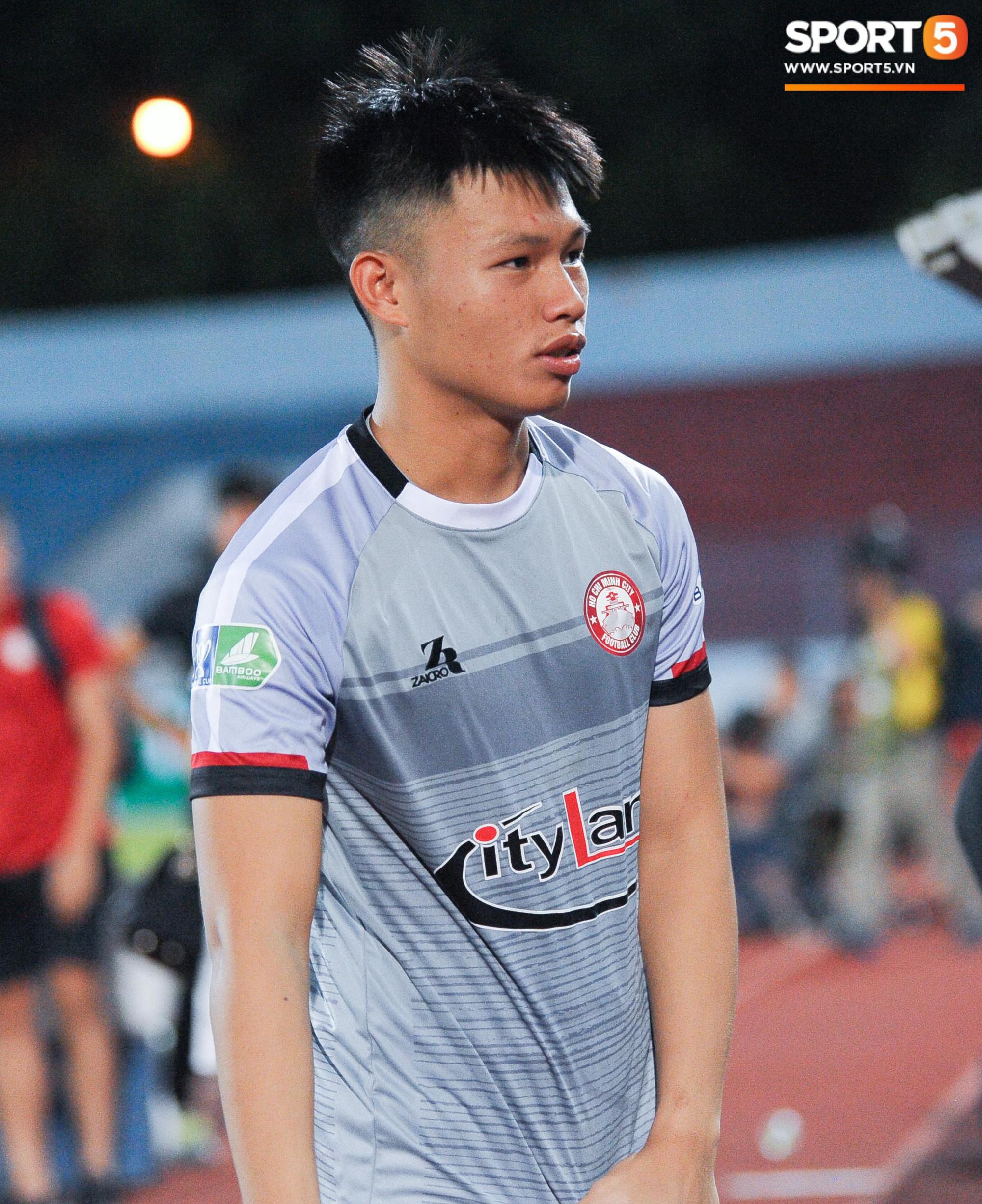 Cảm động khoảnh khắc cựu tuyển thủ Việt Nam chạy theo gọi tên thầy Lee khi cơn bão đang cận kề-4