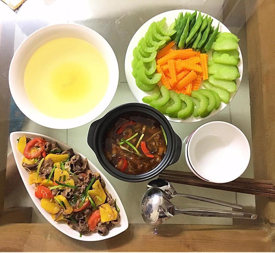 9x Hà Nội khiến MXH phát sốt vì 30 mâm cơm đẹp xuất sắc, chỉn chu đến từng cọng rau miếng thịt-16