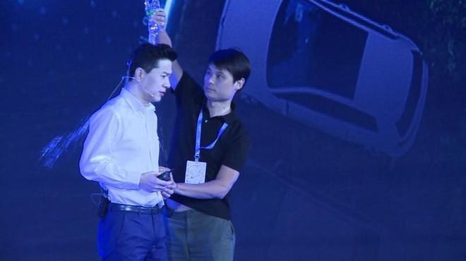 CEO của Google Trung Quốc bị đổ cả chai nước lên đầu ngay trên sân khấu sự kiện-1