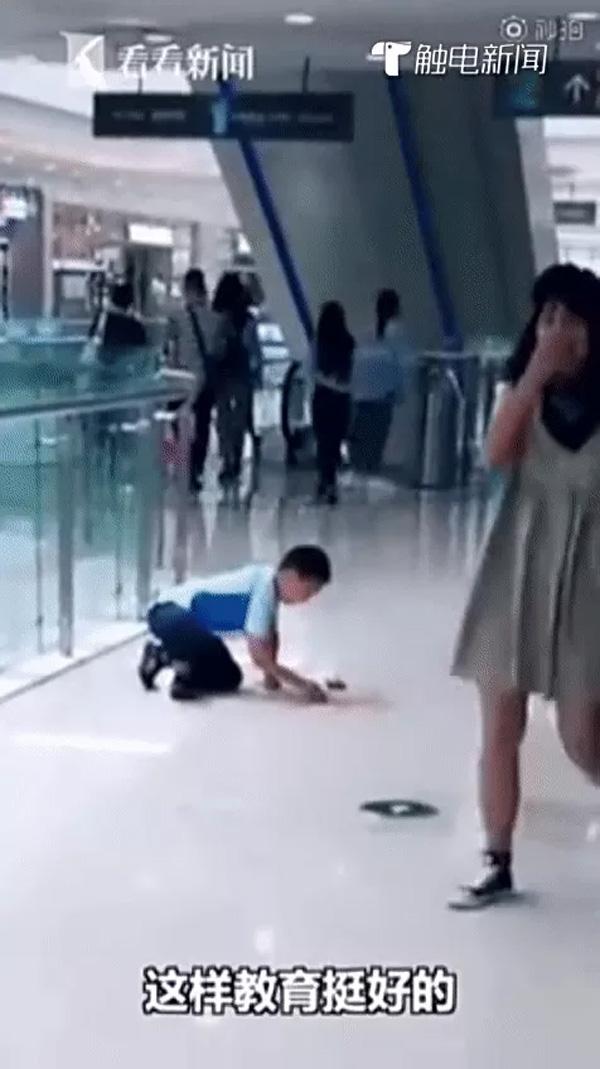 Bé trai quỳ xuống sàn trung tâm thương mại lau thức ăn trước mặt mẹ, biết câu chuyện phía sau, ai cũng tán dương người mẹ-2