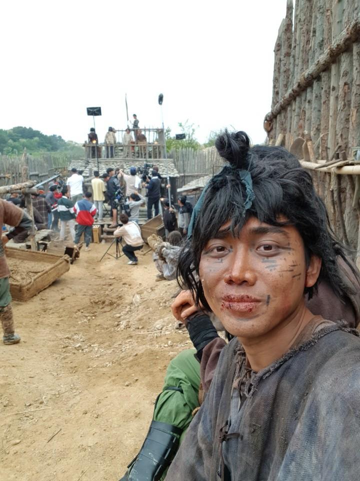 Diễn viên người Việt đóng trong bom tấn Asadal tiết lộ chi tiết đặc biệt về Song Joong Ki và tin đồn ngoại tình với bạn diễn trên phim trường-5