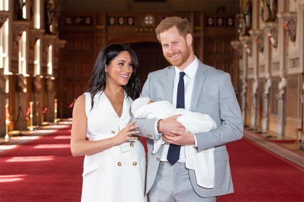 Vợ chồng Meghan Markle chính thức công bố kế hoạch làm lễ rửa tội cho con trai đầu lòng với những chi tiết gây tranh cãi-1