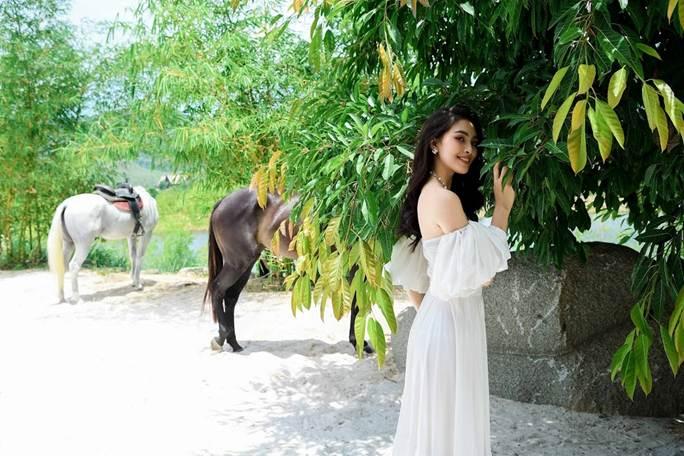 Hoa hậu Tiểu Vy khoe vai trần quyến rũ không thể rời mắt-1