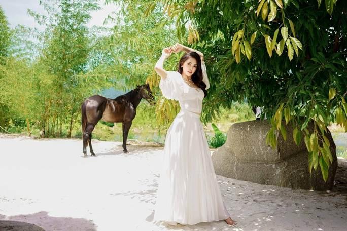 Hoa hậu Tiểu Vy khoe vai trần quyến rũ không thể rời mắt-2