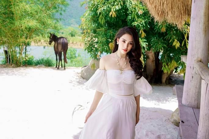 Hoa hậu Tiểu Vy khoe vai trần quyến rũ không thể rời mắt-3