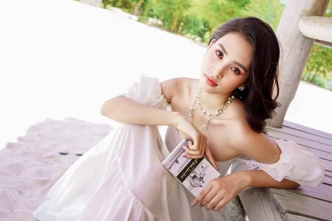 Hoa hậu Tiểu Vy khoe vai trần quyến rũ không thể rời mắt-4