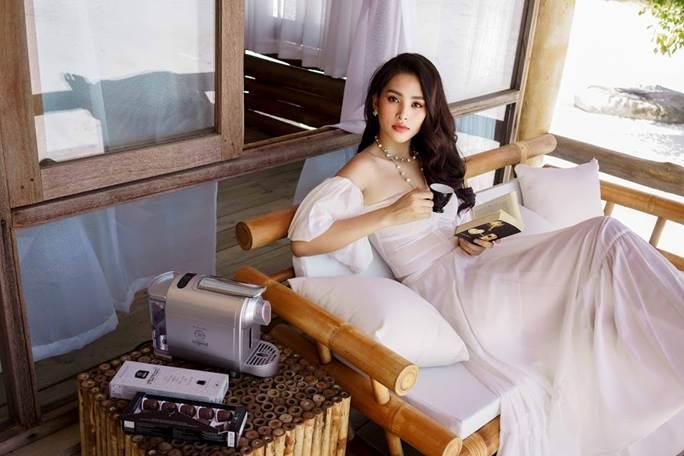 Hoa hậu Tiểu Vy khoe vai trần quyến rũ không thể rời mắt-5