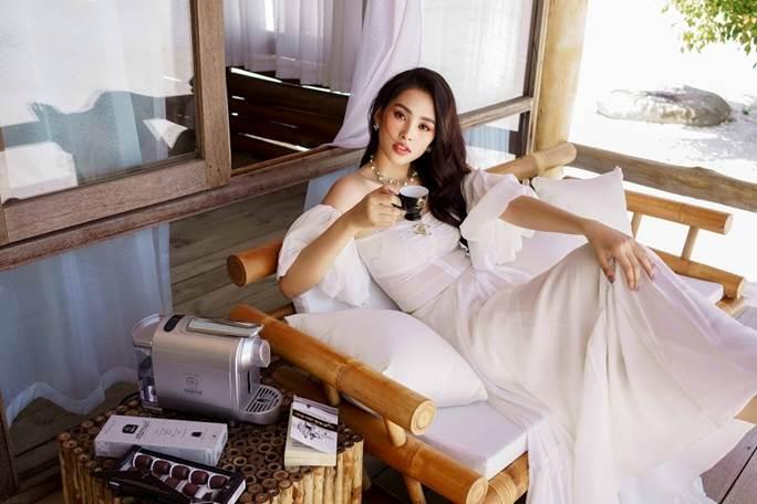 Hoa hậu Tiểu Vy khoe vai trần quyến rũ không thể rời mắt-6