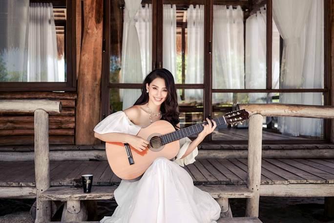 Hoa hậu Tiểu Vy khoe vai trần quyến rũ không thể rời mắt-7