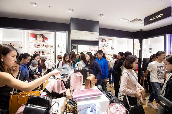 Hơn 800 thương hiệu giảm đến 50% trong mùa lễ hội Red Sale Carnival 2019-2