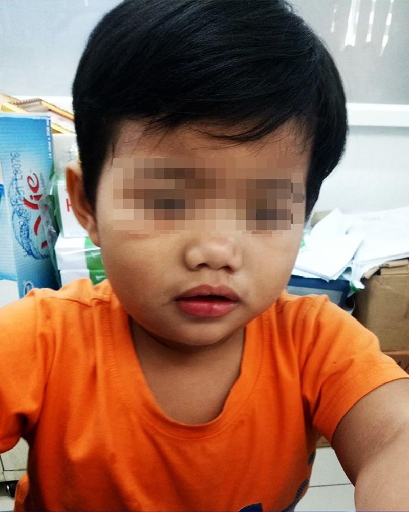 Cha bị tai nạn nguy kịch, bé trai 3 tuổi chỉ nhớ tên, ngồi khóc nức nở trong bệnh viện tìm người thân-2