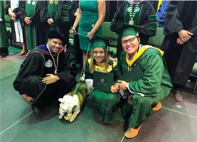 Mải mê chụp ảnh với đám bạn, nữ sinh vô ý bị chú chó Bull Anh cắn rách bằng tốt nghiệp-3