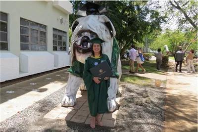 Mải mê chụp ảnh với đám bạn, nữ sinh vô ý bị chú chó Bull Anh cắn rách bằng tốt nghiệp-4