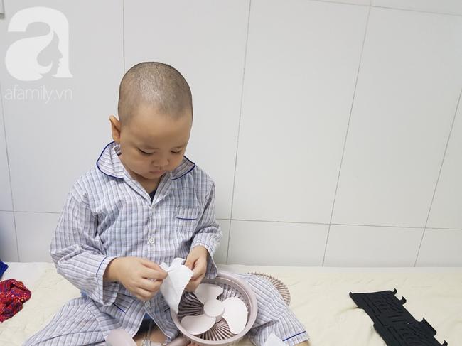 Tâm sự của người mẹ cạo đầu để chiến đấu cùng con trai 5 tuổi bị ung thư máu: Khải của mẹ giỏi lắm, nay đã ngồi dậy được rồi-1
