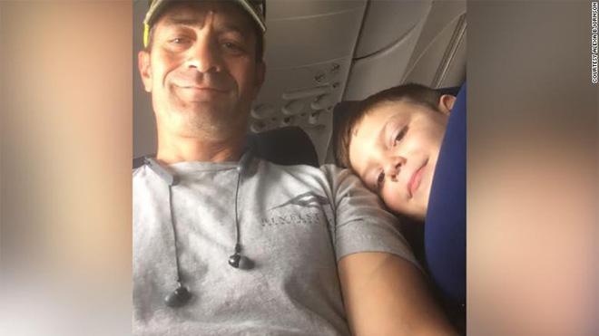 Lo con trai tự kỷ đi máy bay 1 mình, mẹ đưa tờ giấy nhắn với 10 đô la rồi nhận về kết quả không thể ngọt ngào hơn-3